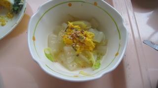 27日朝食白菜和え物に目玉焼きの黄身、シャケとのりのふりかけ.JPG