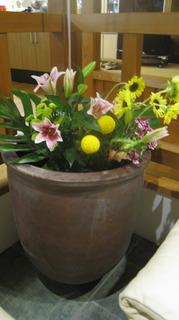 入手した水瓶に花を活ける.JPG